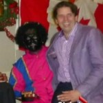 Volksvertegenwoordiger Joachim Stroink heeft zijn excuses aangeboden voor een foto van hemzelf (rechts) met Zwarte Piet.
