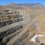 De open mijn voor de winning van zeldzame aardmetalen van Molycorp, bijMountain Pass in Californië.