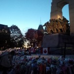 Bloemen bij het nationale oorlogsmonument in de Canadese hoofdstad Ottawa, ter ere van korporaal Nathan Cirillo, die deze week omkwam bij een aanslag.